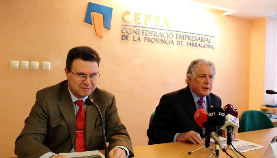 Pla mig de J. Antoni Belmonte, president de la CEPTA (a la dreta de la imatge), acompanyat de Juan Gallardo, cap del Gabinet d'Estudis de la CEPTA, a la seu de la patronal tarragonina, en roda de premsa, el 21 de març del 2017
