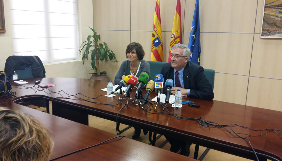 Pla mig amb el conseller de Desenvolupament Rural i Sostenibilitat de l'executiu aragonès, Joaquín Olona, durant la roda de premsa que ha ofert per mostrar l'oposició al projecte de portada d'aigua de Rialb, el 21 de març de 2017