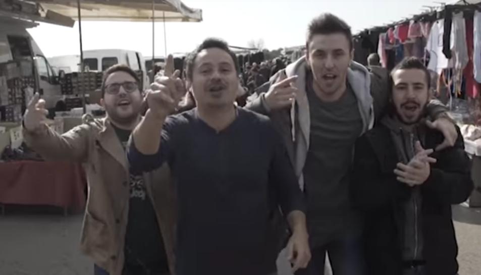 Una captura del videoclip d'Operv Primv, amb els músics al mercat de Bonavista.
