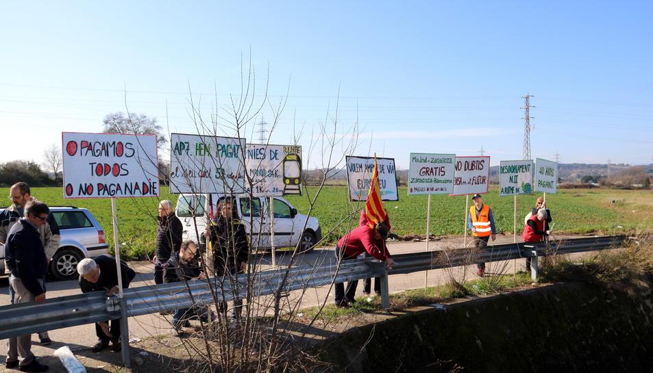 Algunes de les pancartes que els concentrats van exposar just al costat de l'entrada de l'AP-7 el passat mes de febrer.