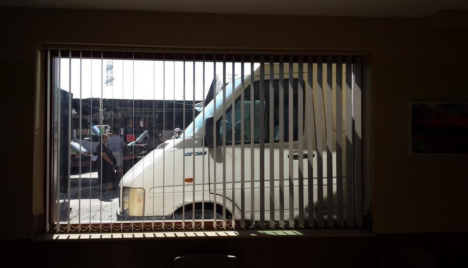 Les furgonetes ocupen l'entrada del Bar Los Pilares.