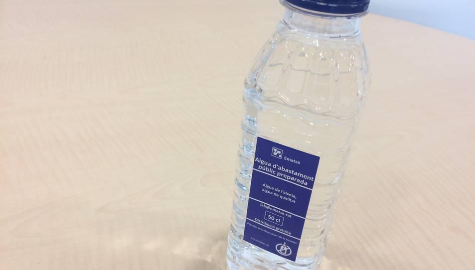 Una de les botelles d'aigua, que prèviament ha estat depurada.