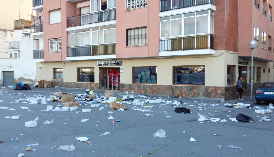 Brossa davant del bar d'Heredia després d'un dia de mercat.