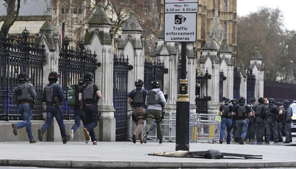 Els agents a l'exterior del Parlament moments després dels atacs.