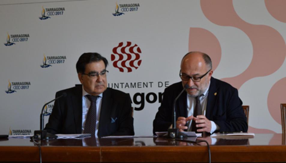 El vicepresident de l'AEM, Miguel Ángel Rodríguez, i el conseller Roca durant la presentació del congrés.