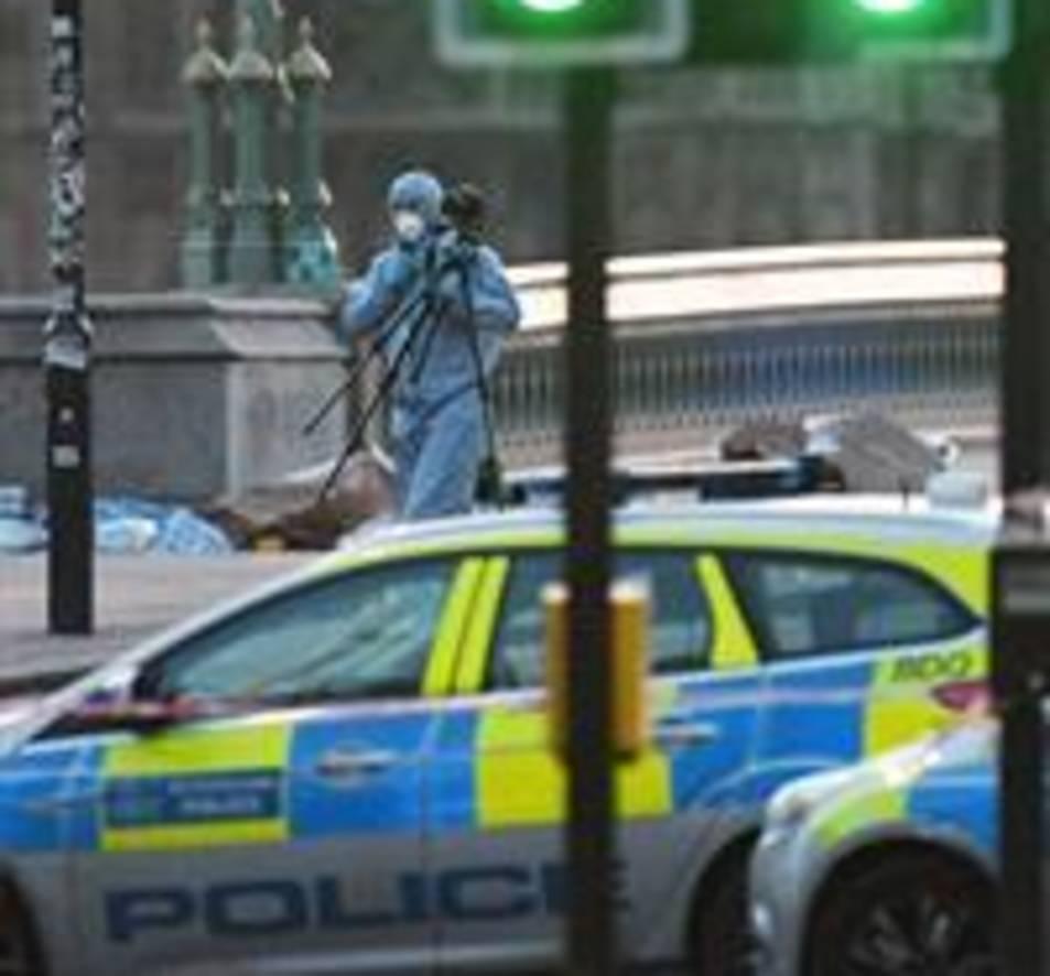 Un expert forense treballa al Pont de Westminster de Londres.