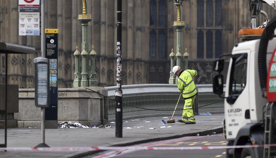 Membres dels serveis d'emergència continuen amb les seves tasques al pont de Westminster a Londres.