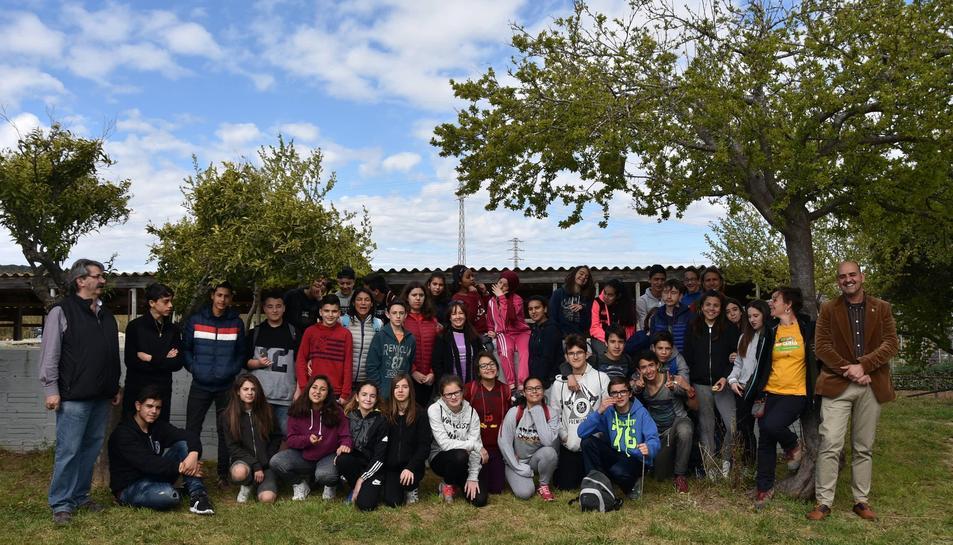 Imatge dels alumnes que han realitzat les primeres activitats de la Festa de l'Arbre