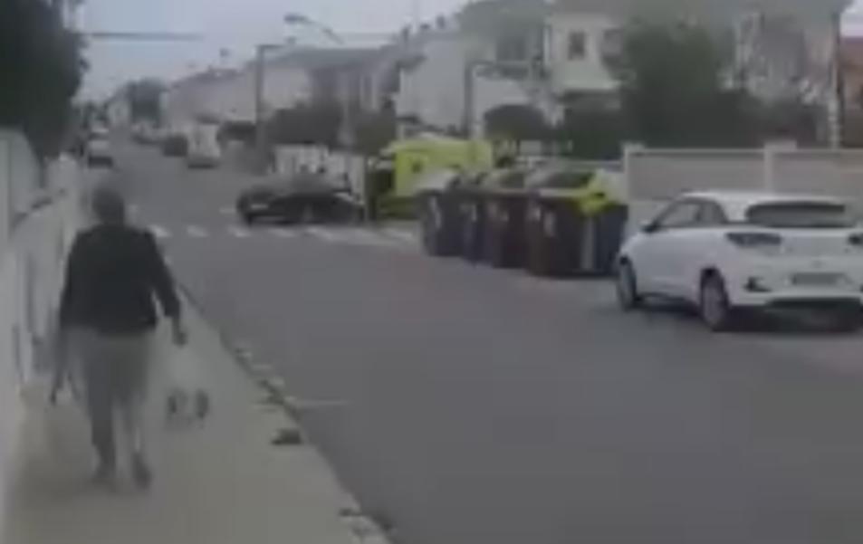 Al fons es pot veure un cotxe accidentat i una ambulància.