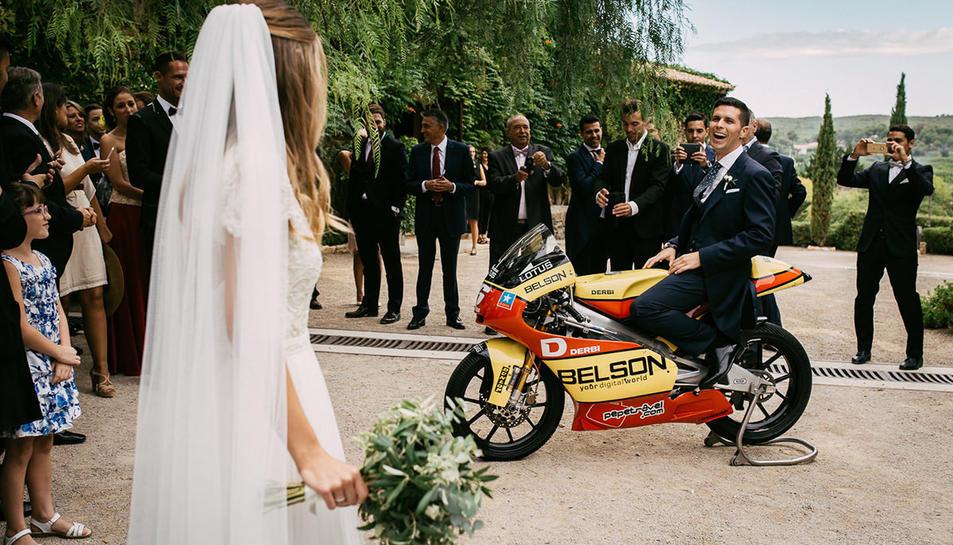 Olivé a sobre d'una moto el dia del casament.