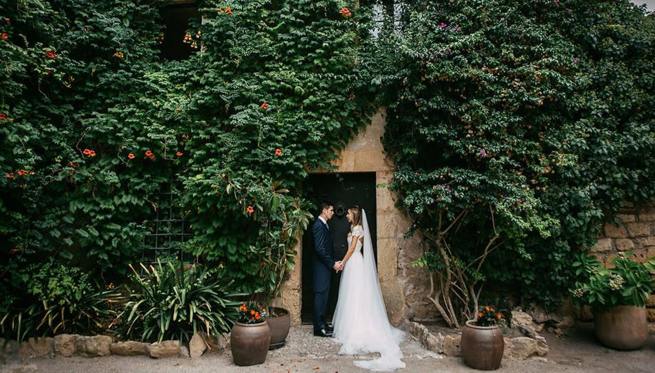 La parella en un dels racons del Castell de Tamarit.