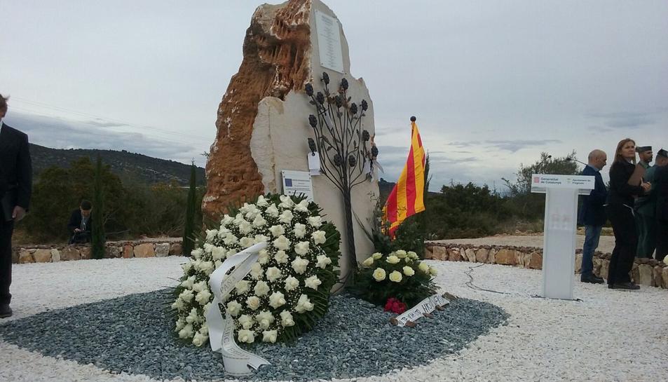 Les roses s'han dipositat sobre l'arbre de ferro forjat del monòlit instal·lat al punt on va tenir lloc l'accident.