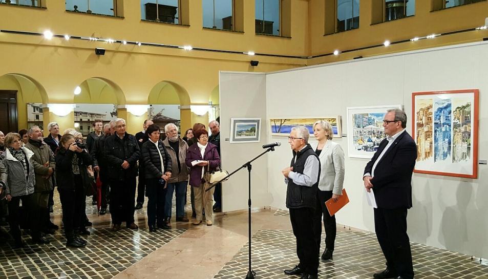 La inauguració de l'exposició, amb Cebrián davant el micròfon.
