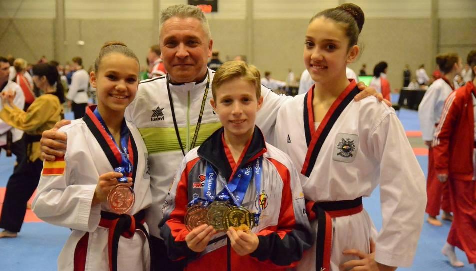 Els esportistes del gimnàs de Reus amb les medalles aconseguides.