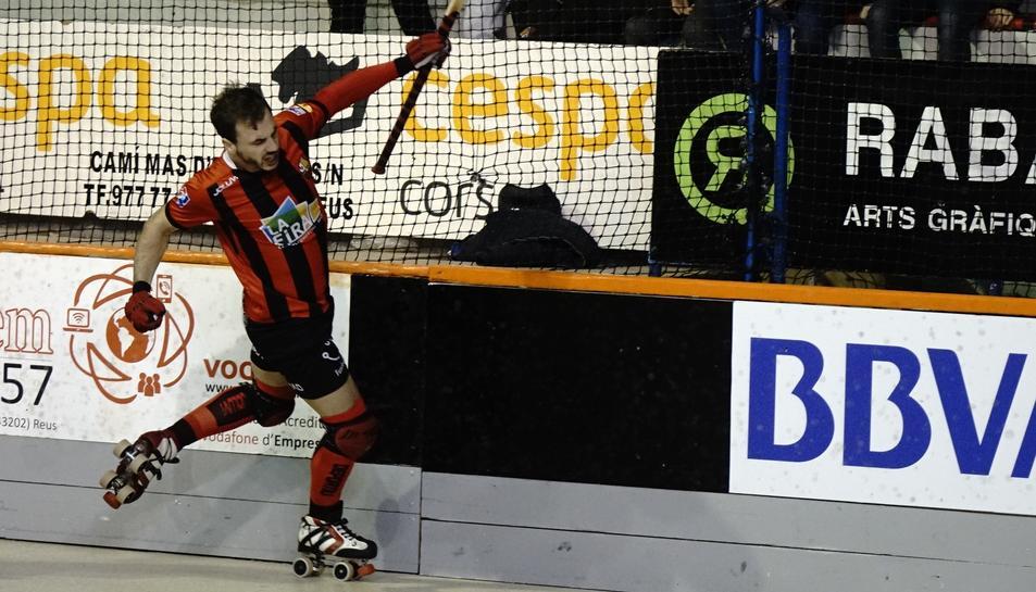 Joan Salvat celebra un gol.