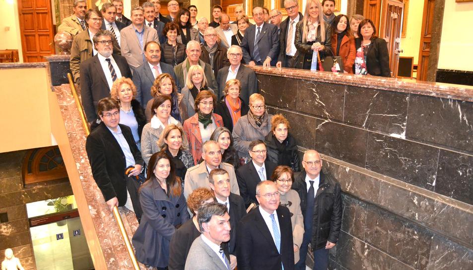 Imatge dels participants a la trobada a les escales de l'Ajuntament de Reus