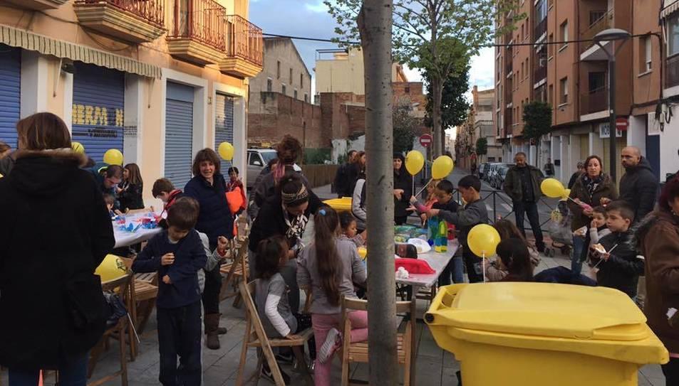 Imatge de la Plaça Enric Yzaguirre durant el taller de reciclatge.