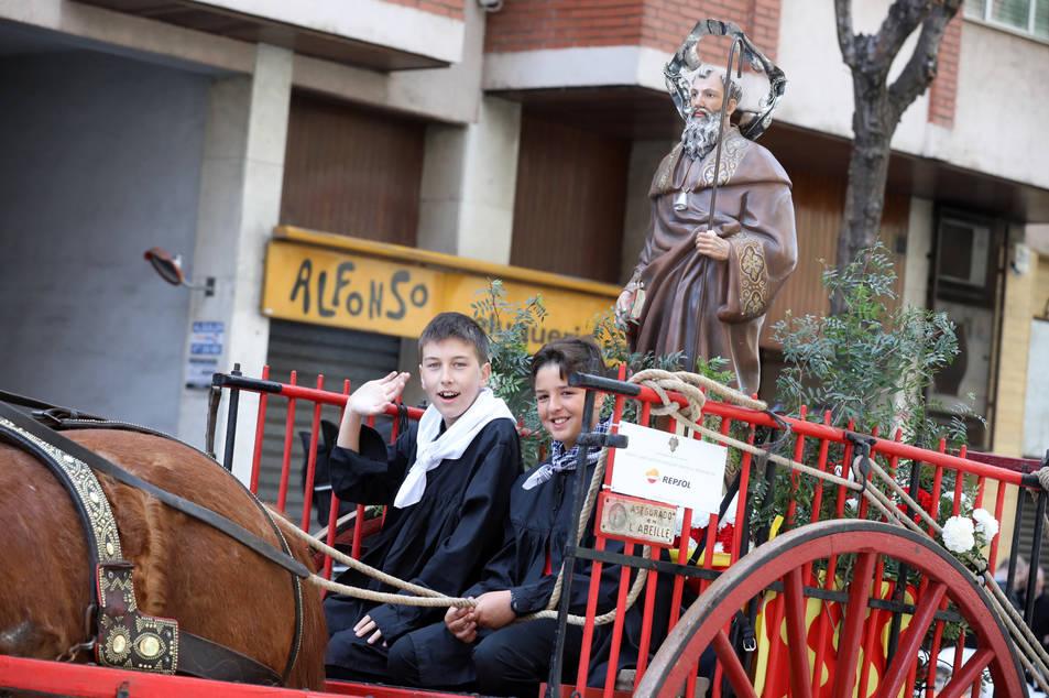 Dos nens van anar pujats a sobre del nou carro de Sant Antoni durant tot el trajecte.