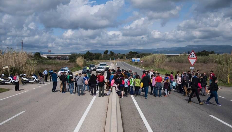 El grup que ha participat en la caminada reivindicativa ha tallat la carretera.