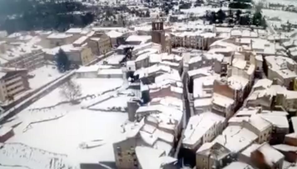 Imatge aèria de Prades nevat.