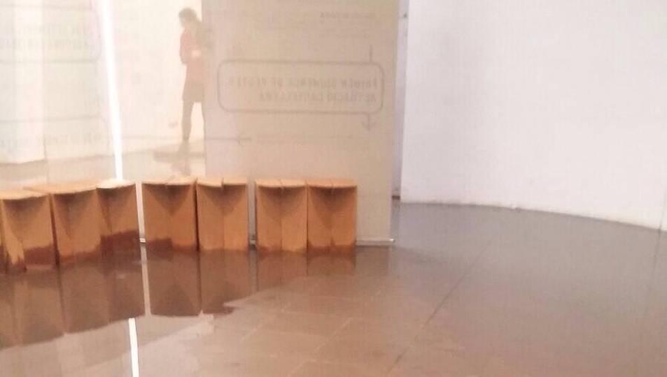 Imatge de l'aigua que es va filtrar al terra de la Casa de la FEsta el passat dissabte.