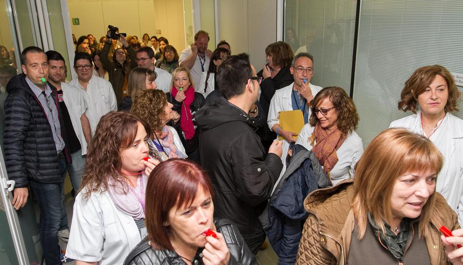 La plantilla s'ha manifestat als passadissos del centre hospitalari.