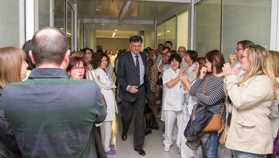 Joaquim Enrech entrant a la reunió envoltat dels treballadors concentrats.