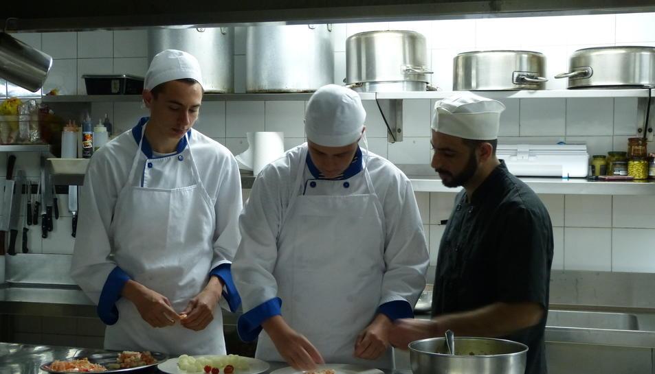 Alumnes de la UEC aprenen cuina.