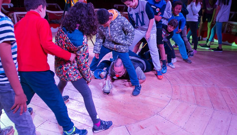 Els nens i joves del projecte van gaudir de valen a la carta instal·lada al parc Sant Jordi.
