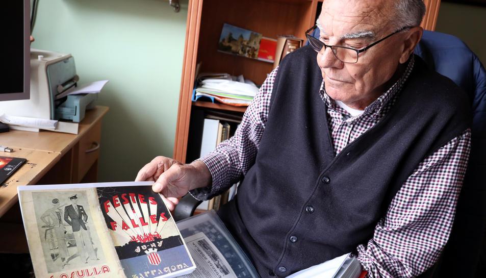 Benito mostra el cartell de les festes del 1936.