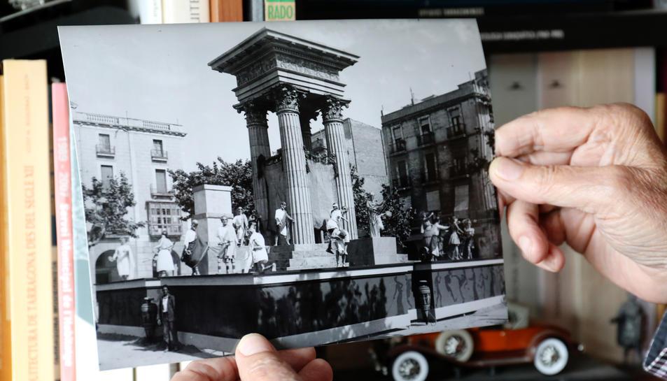 Benito mostra una de les falles del 1936.