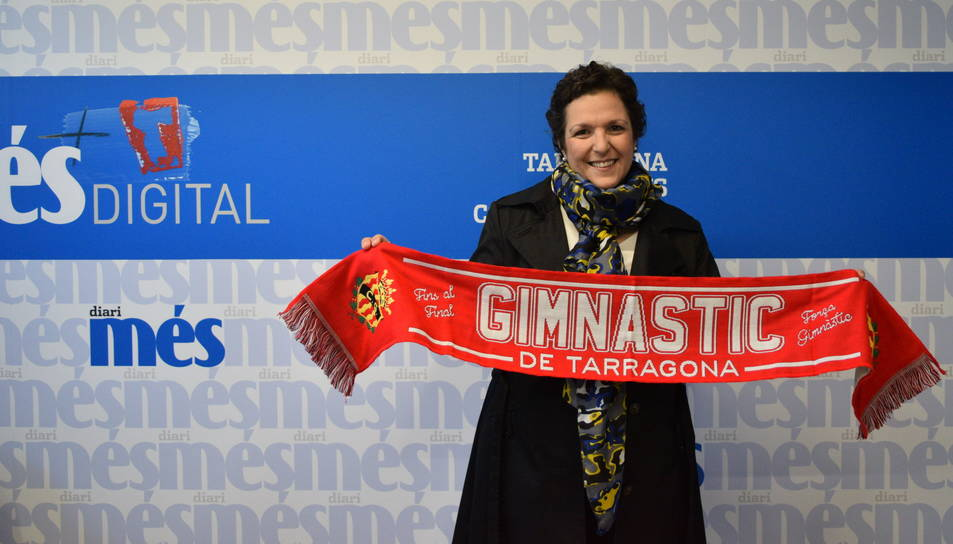 Dona del guanyador, Marc Piqué, recollint la bufanda del Nàstic per la redacció del Diari Més.