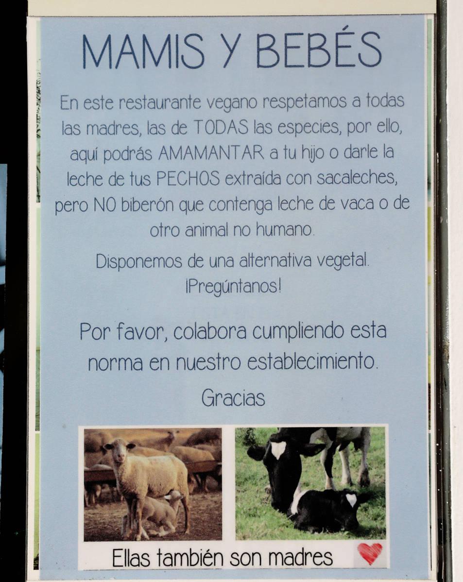 El cartell que anuncia la prohibició dins el restaurant.