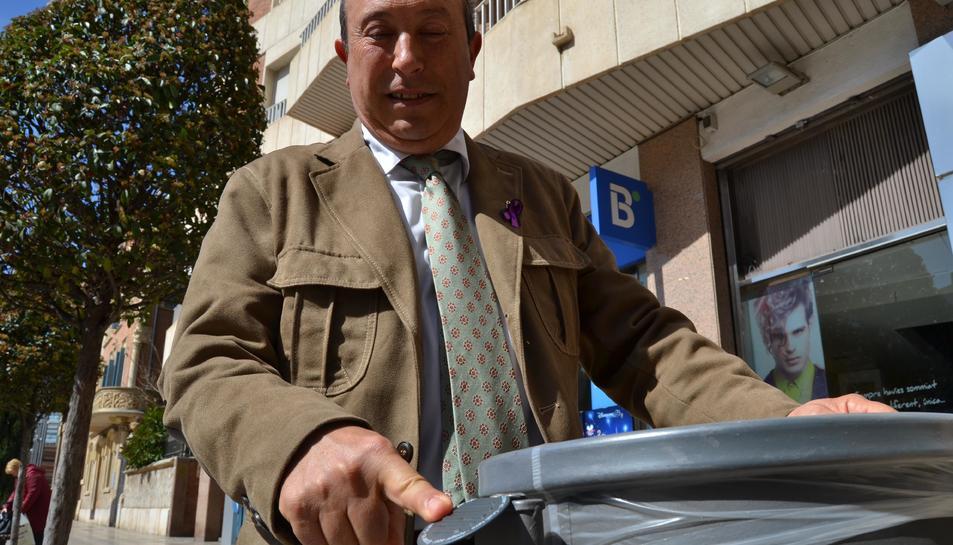 El regidor de Via Pública, Hipòlit Monseny, mostrant una de les plaques.
