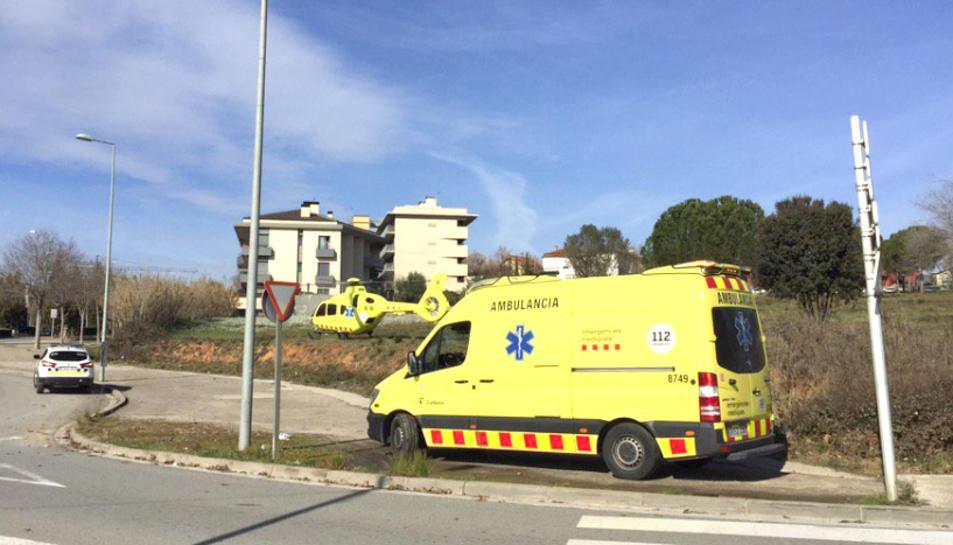 Imatge d'arxiu d'una ambulància i de l'helicòpter del SEM.