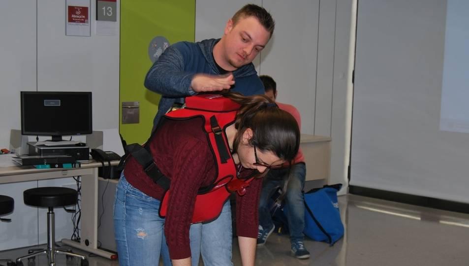 S'ensenya a practicar la maniobra de Heimlich.