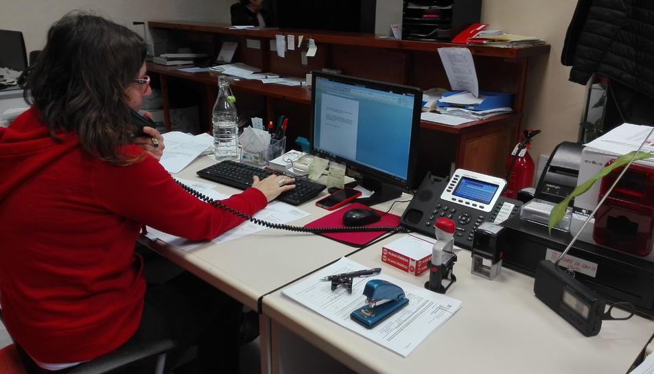 Una treballadora de l'Ajuntament s'encarrega de les trucades als avis.