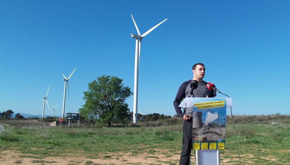 El reusenc Edgar Fernàndez, diputat a la Diputació de Tarragona, durant la roda de premsa d'aquest dimecres a Vilalba dels Arcs (Terra Alta).