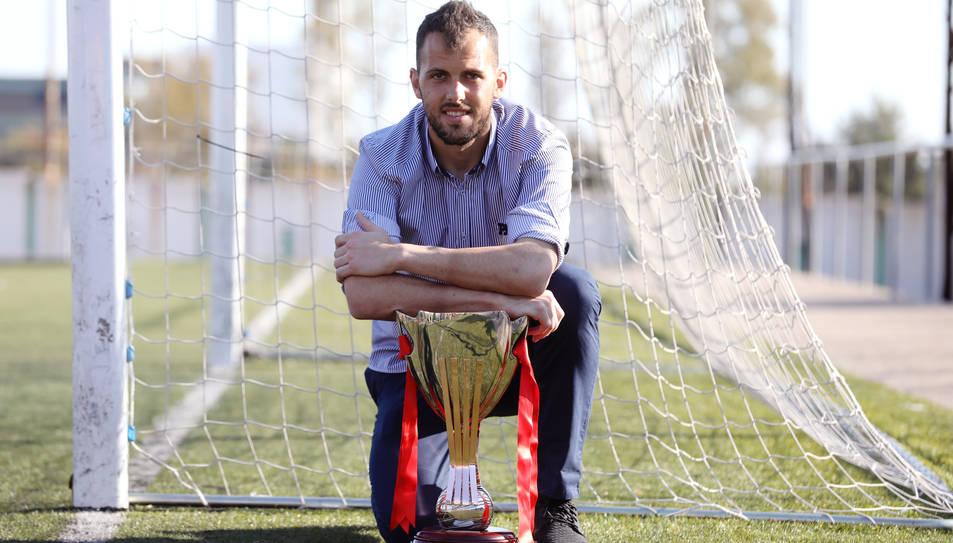 José Perales mostra la Copa Catalunya, un títol del qual n'està molt orgullós ja que ha estat el meta titular durant la semifinal i també a la final.