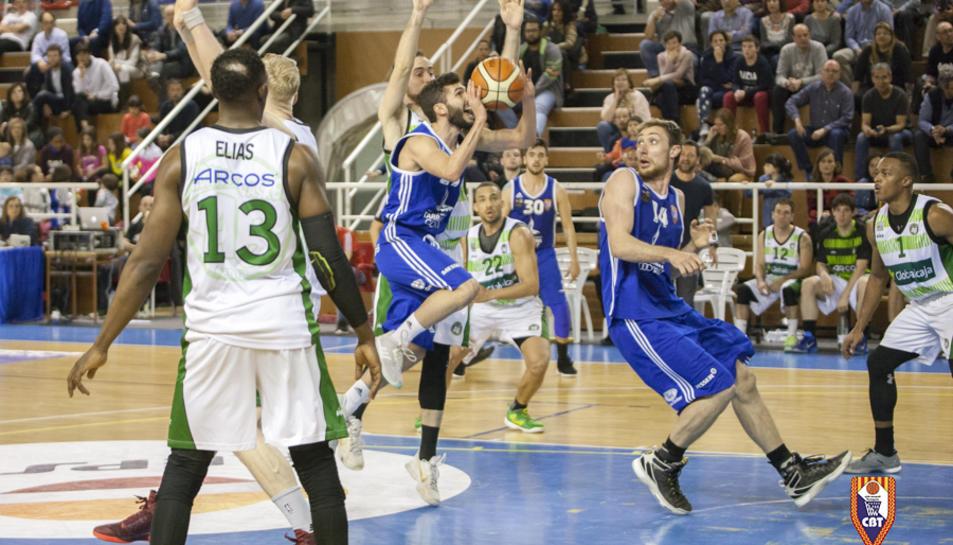 Xavi Fernández intenta llençar a cistella, sota l'atenta mirada de Ferran Torres.