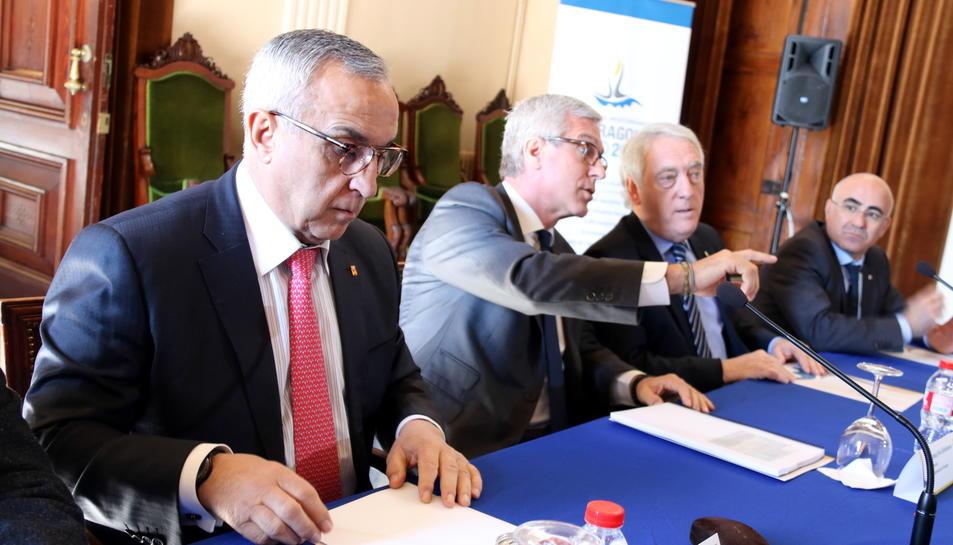 Primer pla d'un moment d'una reunió del Comitè Organitzador dels Jocs Mediterranis 2018, amb el president del COE, Alejandro Blanco; i l'alcalde de Tarragona, Josep Fèlix Ballesteros, presidint-la aquest 29 de març de 2017
