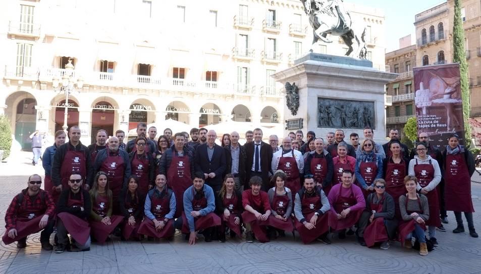Fotografia de família dels representants de tots els establiments que participen en aquesta edició de la Ganxet Pintxo.