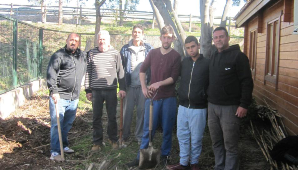 El president de l'ONG, amb alguns dels seus usuaris.