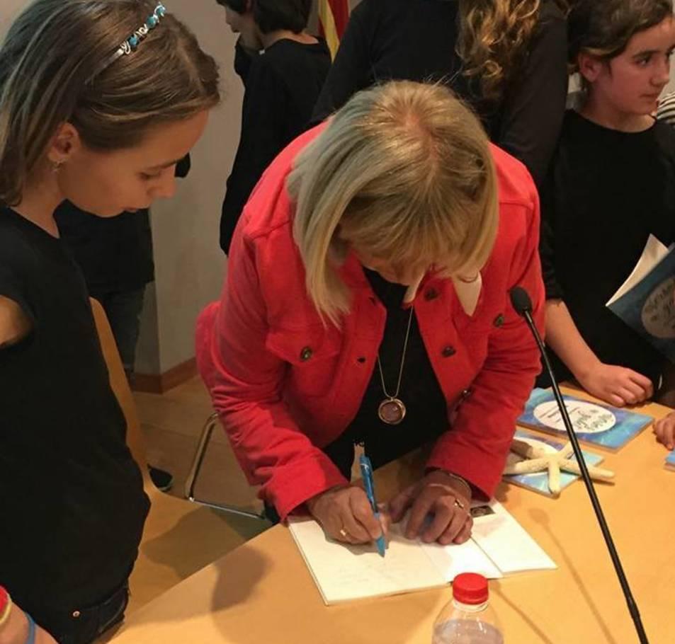 L'autora signant els llibres.