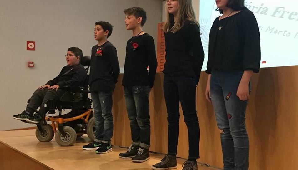 Els nens recitant els poemes de l'autora.