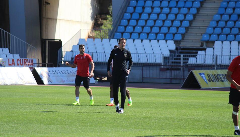 Luis Miguel Ramis, durant l'entrenament d'ahir al matí a Almeria, que es va realitzar a porta tancada.