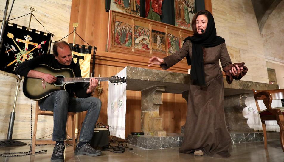 La presència del grup de reconstrucció a l'Esglèsia de Sant Llorenç va sobtar els assistents.