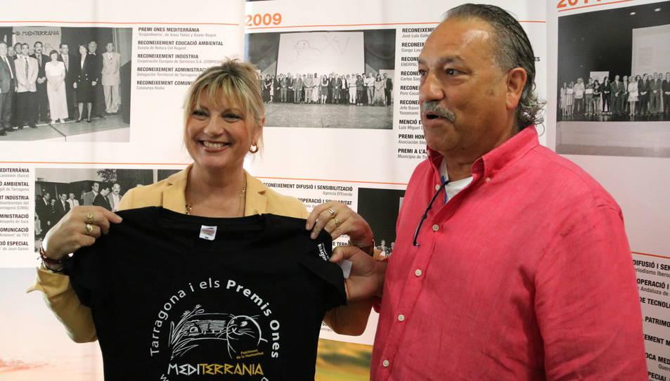 El president de l'entitat, Ángel Juárez, i la consellera de Relacions Ciutadanes a Tarragona, Elvira Ferrando, amb la samarreta dels Premis.