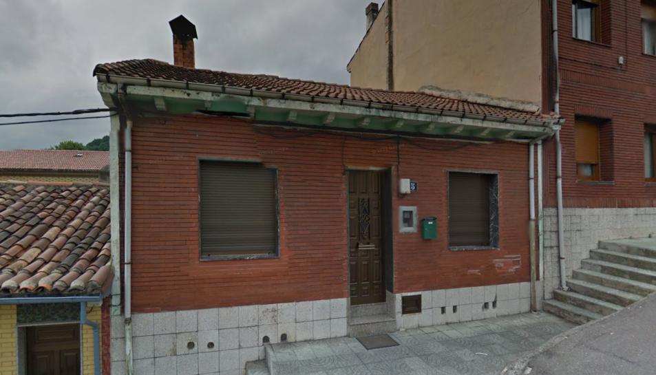 Imatge de la casa on vivía la dona i el seu fill, situada al carrer Farmacéutico Ponga del municipi de Langreo.
