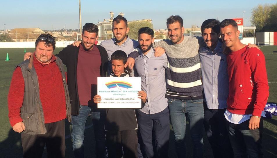 Els futbolistes, amb el nen i el president del CD La Floresta.